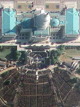 La empresa tuvo que mover el satélite de norte a sur a 27 358 km/h para sacar la foto. (GeoEye Satellite Image)