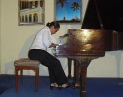 En su concierto por los quince años de vida artística, Annia Castillo escogió para su repertorio obra de Chopin, Cervantes y Mendelssohn, entre otros. (Foto: Internet)