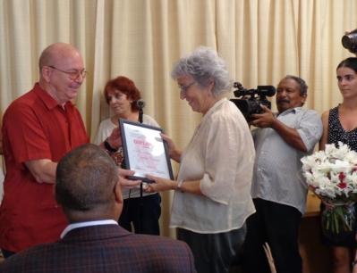 Recibe en nombre del escritor el Premio Julio Cortázar para El mundo es nuestro, de Alejandro Stilman, la señora Juliana Marino embajadora de Argentina en Cuba. Foto: Susana Méndez.