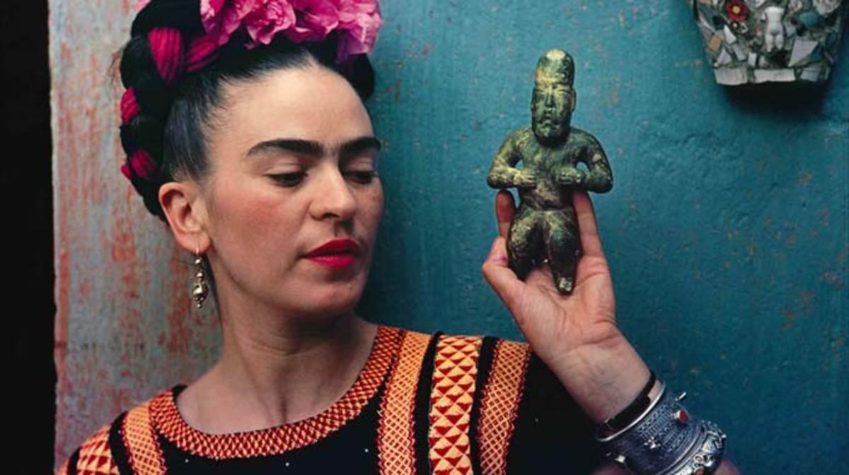 frida-kahlo-con-una-figurilla-olmeca-1488992019199